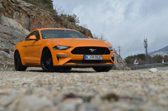 Ford Mustang   Ford odczuwalnie zmienia zachowanie w każdym z zadanych trybów jazdy. V8 trudniej poskromić, zawsze powie swoje. Czterocylindrowy 2,3 EcoBoost, który teraz ma 290 KM i aż 440 Nm jest bardziej ugodowy. Jak ma pieścić, będzie pieścił, jak kopać – będzie dawał kopa. Zupełnie, jak w poprzednim modelu zyskuje przy bliższym poznaniu.   Fot. Michał Kij