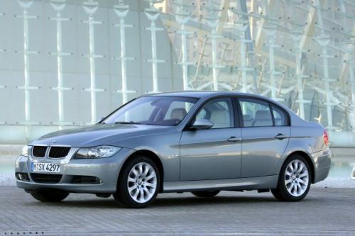 Fot. BMW: Nowa seria 3 ma zmodernizowane nadwozie o kształcie charakterystycznym dla BMW. Również charakterystyczny dla tej marki jest napęd na tylne koła.