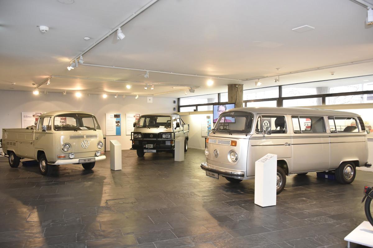Od 8 marca 1956 roku w Hanowerze są produkowane legendarne modele Bulli – tak pieszczotliwie nazywany jest Volkswagen Transporter. Muzeum Historyczne w Hanowerze przygotowało specjalną wystawę (czynną od 9. marca do 26 czerwca 2016 roku) poświęconą początkom produkcji Transportera. Podziwiać na niej można wspaniałe eksponaty ze zbiorów własnych fabryki, a także filmy z tamtych lat, zdjęcia i przedmioty z bogatej historii zakładu / Fot. Volkswagen
