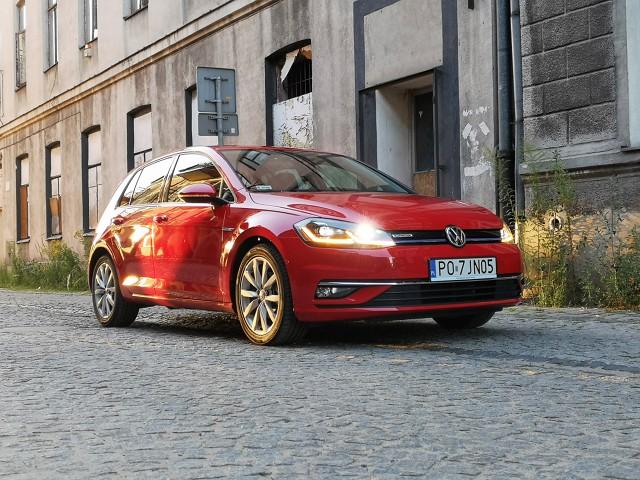 """Dni obecnej generacji Volkswagena Golfa są policzone. Brzmi to trochę brutalnie, ale właśnie tak brutalny i bezwzględny jest rynek, który nie znosi stagnacji, szczególnie w tak popularnym segmencie aut kompaktowych. Jeśli dodatkowo weźmiemy pod uwagę fakt, że Golf jest jednym z najlepiej sprzedających się kompaktów, schyłek """"siódemki"""" jest po prostu oczywisty. Ale czy odchodząca generacja nadal ma do zaoferowania coś ciekawego?   Fot. Kamil Rogala"""
