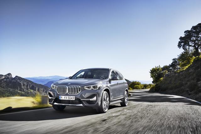 BMW X1  Zmodernizowane BMW X1 jest też lepiej przygotowane na przyszłe normy emisyjne. Już w chwili rynkowego debiutu latem 2019 wszystkie benzynowe i wysokoprężne jednostki napędowe spełniać będą normę emisji spalin Euro 6d-temp, a modele BMW X1 sDrive16d i BMW X1 xDrive25d normę Euro 6d.  Fot. BMW