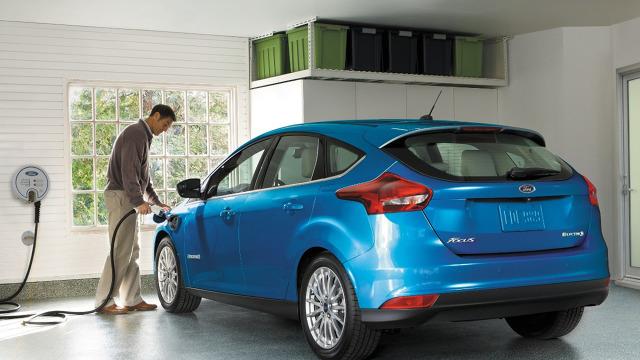 Ford Focus Electric   Nowy 5-drzwiowy hatchback Ford Focus Electric napędzany jest silnikiem elektrycznym o mocy 145 KM zasilanym z akumulatorów o pojemności 33,5 kWh.   Fot. Ford
