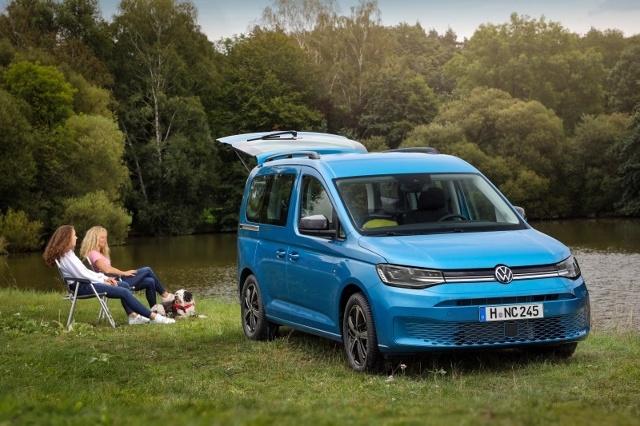 Volkswagen Caddy California  Choć jest to niewątpliwie następca wielofunkcyjnego Caddy Beach, każdy najdrobniejszy szczegół tego samochodu został przeprojektowany i przebudowany na nowo. W ten sposób powstało połączenie kompaktowego vana i inteligentnie zaprojektowanego kampera.   Fot. Volkswagen
