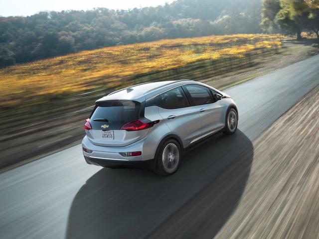 Chevrolet Bolt   Bolt do sprzedaży trafił w grudniu zeszłego tylko w dwóch stanach: Oregon i Kalifornia. W całych USA ma być dostępny najpóźniej do połowy 2017 roku. Cena auta w pakiecie podstawowym to około 35.500 Euro.  Fot. Chevrolet