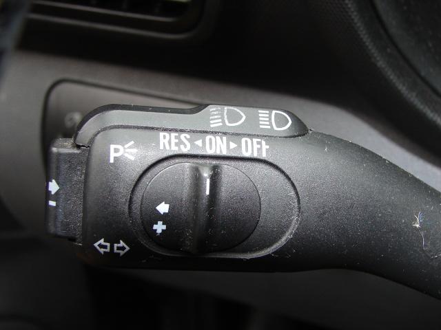 Każdy kierowca chce, aby jego auto zużywało jak najmniej paliwa. Na jego zużycie wpływa nie tylko styl jazdy, ale również korzystanie z wielu dodatków poprawiających komfort podróżowania. Nie zawsze wystarczy zdjąć nogę z gazu, aby zmniejszyć spalanie. A jak na zużycie paliwa wpływa korzystanie z tempomatu? Jak się okazuje, nie ma jednoznacznej odpowiedzi.  Fot. Mark Snow
