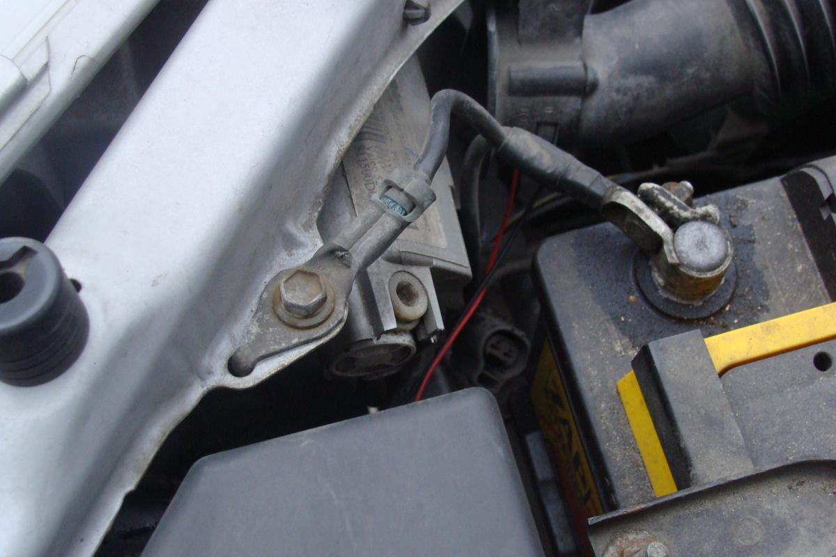 W skręcanych połączeniach elektrycznych, (szczególnie dotyczy przewodów akumulatora) trzeba okresowo sprawdzać stan powierzchni kontaktowych i siłę i wzajemnego docisku.