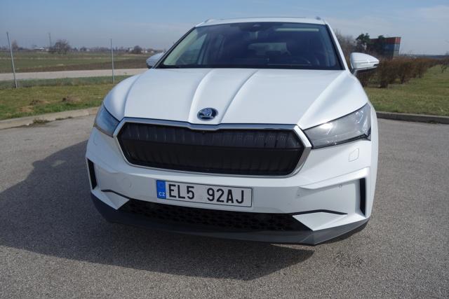 """Skoda Enyaq iV  Kilka dni temu, podczas oficjalnej premiery Skoday Enyaq iV w Polsce pochwalono się, że dilerzy czeskiej marki przyjęli już na całym świecie 20 tysięcy zamówień na ten samochód. Jest to niezły wynik zważywszy, że pierwsza elektryczna Skoda nie wszędzie już dotarła, zatem część tych, którzy się już na nią zdecydowali nie miała nawet okazji jej zobaczyć """"na żywo"""" ani tym bardziej się nią przejechać. Nam było to dane. Do jazdy dostaliśmy bogato wyposażoną wersję Enyaq 80 iV. Testowany egzemplarz miał napęd przenoszony tylko na tył (wersje 4 x 4 będą dostępne dopiero później), a w wyposażeniu były m.in. skórzana tapicerka oraz panoramiczny, szklany dach.  Fot. Ryszard M. Perczak"""