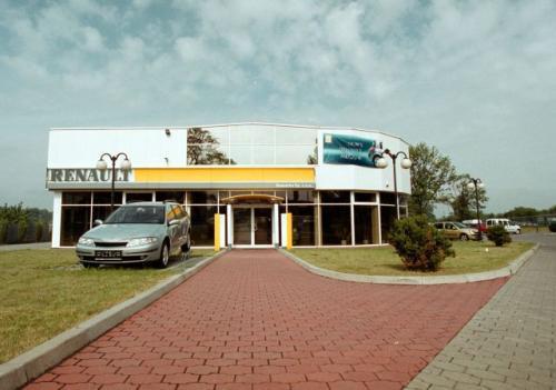 Fot. Krzysztof Matuszyński: Od 1 listopada dilerzy mogą sprzedawać w swoich salonach samochody innych marek. To na razie teoria, chociaż dilerzy Renaulta rozpoczynają sprzedaż Dacii i jest to polecane przez generalnego importera. Dacia należy bowiem do ko