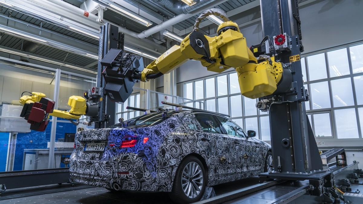 Roboty są wyposażone w dwa czujniki rejestrujące punkty odniesienia, a następnie skanujące indywidualne powierzchnie o wielkości ok. 80 x 80 cm każda. W połączeniu, te dane odwzorowują cały pojazd, a ich analiza pozwala na szybkie wykrycie wszelkich odstępstw. Wówczas specjaliści z oddziału produkcyjnego ds. integracji technicznej mogą podjąć odpowiednie działania zaradcze na wczesnym etapie produkcji / Fot. BMW