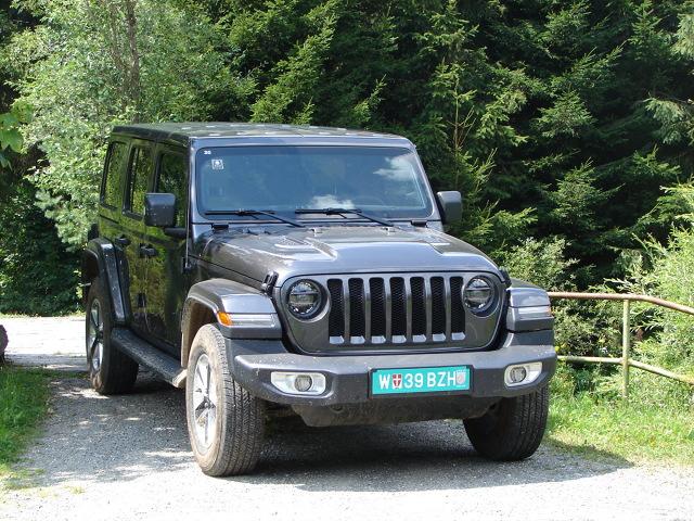 Czwarta generacja kultowego już Jeepa Wranglera ma ugruntować opinę mistrza jazdy terenowej oraz wyjątkowego samochodu do codziennej jazdy miejskiej.  Fot. Dariusz Kowalczuk