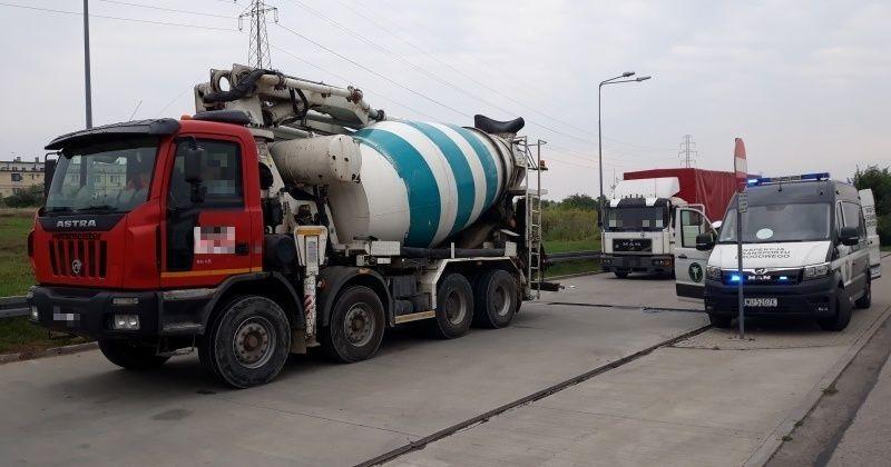 O blisko 10 ton i 5,5 tony za dużo ważyły dwie betonomieszarki, zatrzymane przez inspektorów mazowieckiej Inspekcji Transportu Drogowego na drodze, gdzie obowiązuje zakaz tonażowy. Jeden z pojazdów był niesprawny technicznie. Jak się również okazało, z tachografów ciężarówek i kart kierowców nie sczytano danych w wymaganym terminie.  Fot. GITD