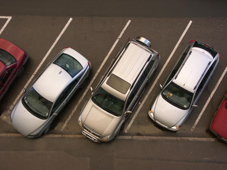 Parkowanie przed supermarketem - jak uniknąć nerwów i stłuczki