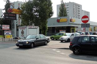 Parking przed supermarketem. Klienci się skarżą, UOKiK kontroluje płatne parkingi