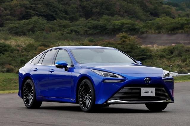 Toyota Mirai   Większa moc auta i pojemność zbiorników wodoru, poprawiona wydajność napędu i lepsza aerodynamika złożyły się na wydłużenie zasięgu auta o 30% do około 650 km.  Fot. Toyota