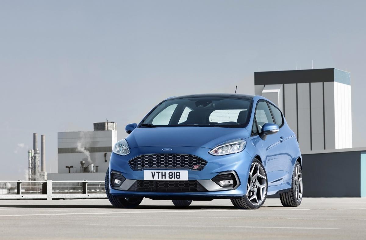 Ford Fiesta ST   Trzecia generacja Fiesty ST będzie pierwszym modelem Ford Performance napędzanym trzycylindrowym silnikiem, będzie też pierwszym modelem Fiesty ST wyposażonym w wybór trybu jazdy, który umożliwia skonfigurowanie charakterystyk silnika, układu kierowniczego i kontroli stabilności według ustawień Normal, Sport oraz Track.  Fot Ford