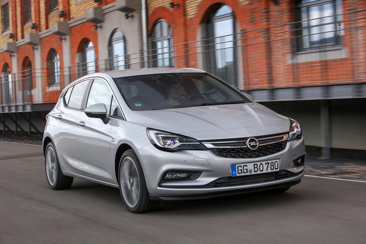 Kompaktowy Opel w oczach polskich kierowców jest autem niemal równie kultowym co Volkswagen Golf. Każda kolejna generacja Astry cieszy się wielką popularnością zarówno wśród klientów prywatnych, jak i flot. W Motofaktach sprawdzamy, czy warto zainteresować się używaną Astrą piątej generacji (K).  Fot. Opel