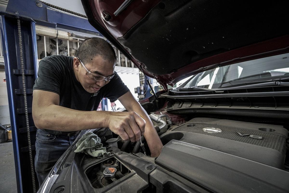 Silniki benzynowe uchodzą za mniej problemowe i wielu kierowców wybiera je ze względu na tańszą eksploatację w mieście. Co prawda w trasie spalają nieco więcej od ich wysokoprężnych odpowiedników, ale krótkie dystanse w mieście nie robią na nich wrażenia. Należy jednak pamiętać, że benzynowe jednostki nie są bez wad i wiele elementów może dać się we znaki naszemu portfelowi. Co psuje się najczęściej i jak uniknąć kosztownych awarii?  Fot. Materiały producenta