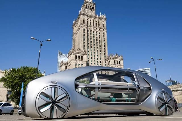 Renault EZ-GO   EZ — GO to pojazd, który nie tylko ma zastąpić nam samochody, ale także, przynajmniej do pewnego stopnia komunikację zbiorową. Pojazdy mają być dostępne do wynajmu przez specjalne stacje.   Fot. Szymon Starnawski