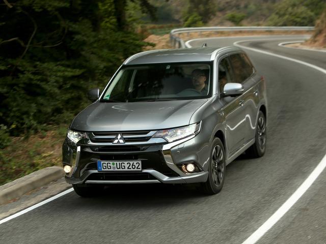 Mitsubishi Outlander PHEV  Całkowity zasięg w trybie hybrydowym wynosi 865 kilometrów, natomiast zasięg w zeroemisyjnym trybie elektrycznym to 51 kilometrów.  Fot. Mitsubishi