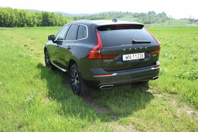 Volvo XC60   W naszym teście Volvo XC60 II generacji w wersji Inscription z silnikiem D4 2.0 o mocy 190 KM z 8-biegową, automatyczną skrzynią biegów Geartronic i napędem 4x4. Mierzy prawie 4,7 m długości, do 100 km/h rozpędza się w 8,4 sekundy i osiąga prędkość maksymalną 205 km/h. W prezentowanej wersji kosztuje 217 400 zł.  Fot. Marcin Rejmer