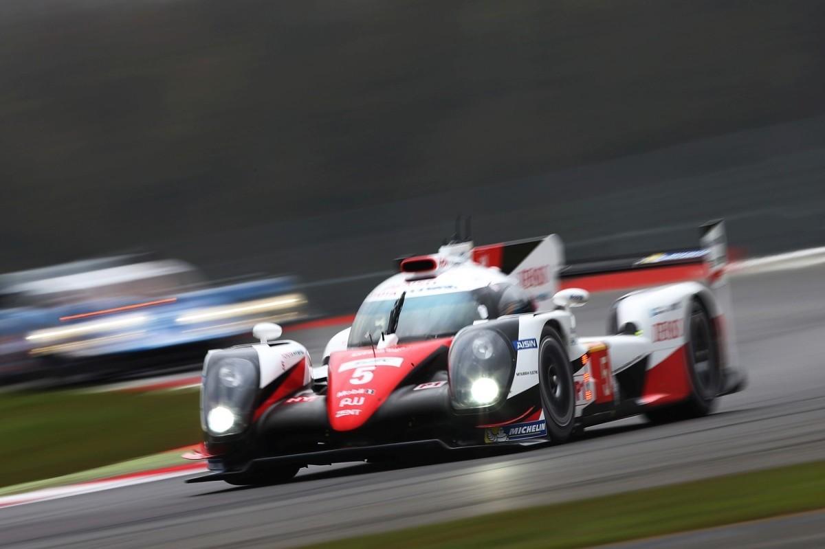 Toyota TS050 Hybrid  Już w najbliższy weekend uwaga fanów motosportu skieruje się w stronę miejscowości Nürburg, gdzie na słynnym torze Nürburgring rozegra się czwarty wyścig z serii FIA World Endurance Championship. Będą to pierwsze zawody po dramatycznym 24-godzinnym wyścigu w Le Mans, w którym Toyota utraciła prowadzenie w ostatnich minutach z powodu awarii.  Fot. Toyota