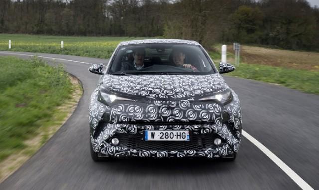 Toyota CH-R  Toyota C-HR będzie dostępna z napędem hybrydowym, składającym się z silnika benzynowego 1.8 i elektrycznego, o łącznej mocy 122 KM i emisji CO2 nieprzekraczającej 90 g/km. W ofercie znajdzie się także silnik benzynowy 1.2 Turbo o mocy 116 KM, współpracujący z 6-stopniową skrzynią manualną lub automatyczną CVT  Fot. Toyota