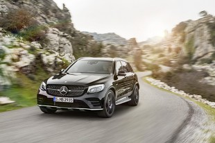 Mercedes-AMG GLC 43 4MATIC  Przeprojektowano zderzaki, zmodernizowano osłonę chłodnicy oraz dodano chromowane listwy ochronne progów. Zdecydowano się na 20-calowe obręcze kół oraz dwie podwójne końcówki układu wydechowego.  Fot. Mercedes-Benz