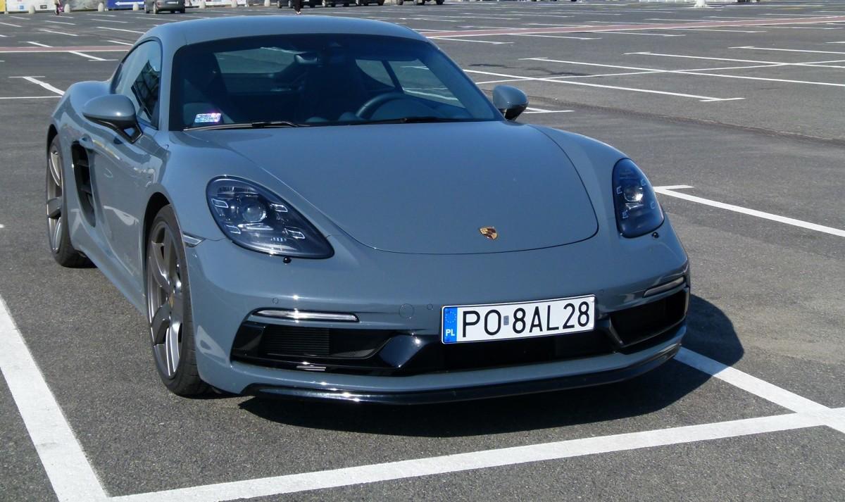 Porsche 718 Cayman - test  Nazywany obecnie Porsche 718 Cayman w poprzedniej generacji był znany jako po prostu Cayman. Jego korzenie wywodzą się z drugiej generacji Porsche Boxstera, który będąc roadsterem, w roku 2006 zaistniał także w odmianie coupe.   fot. Ryszard M. Perczak