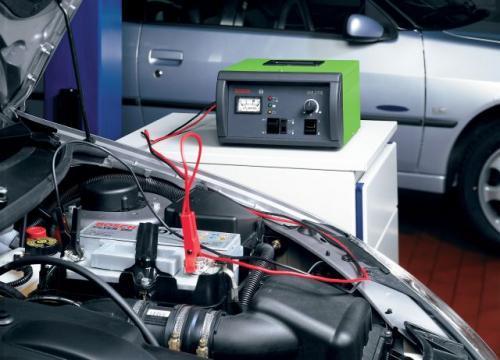 Fot. Bosch: Ładowarka umożliwiająca ładowanie akumulatora samochodowego bez odłączania go od instalacji elektrycznej – sprawdza się szczególnie w nowoczesnych autach. Niestety koszt ładowarki przekracza tysiąc złotych netto.