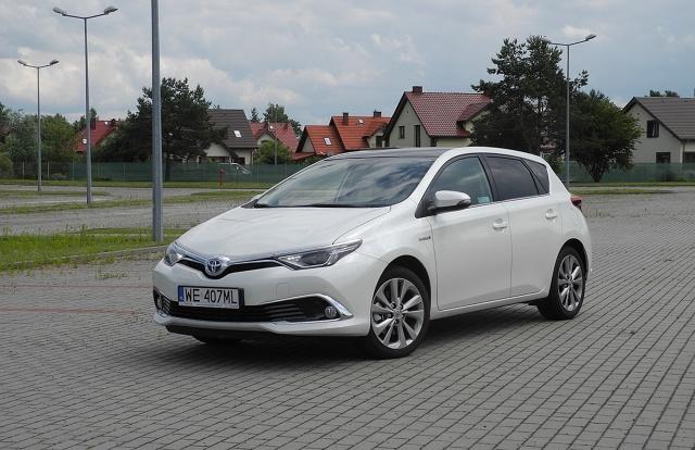 Toyota Auris Hybdrid  Toyota Auris jest dostępna w dwóch pięciodrzwiowych wersjach nadwoziowych - jako hatchback i kombi. Jako sedan auto występuje pod dobrze znaną Corolla. Jednak w tym wydaniu nie ma napędu hybrydowego.  Fot. Wojciech Frelichowski