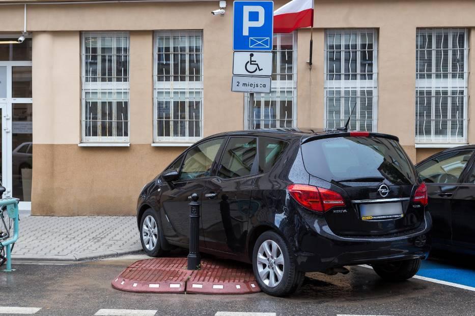Zanim kierowca zaparkuje powinien zasygnalizować zamiar wykonania manewru pozostałym uczestnikom ruchu. Należy parkować w wyznaczonym do tego miejscu i nie najeżdżać na sąsiednie - nawet minimalne wjechanie na miejsce obok może zablokować możliwość wjazdu innemu kierowcy. Kierowca powinien parkować tak, aby z każdej strony zostawić min. 40 cm na swobodne otwarcie drzwi i nieskrępowane wyjście z auta. Należy także umożliwić przejście pieszym.  Fot. Naszemiasto.pl