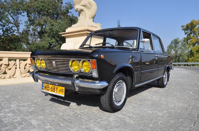 Fiat 125p  Przez lata był naturalnym widokiem na polskich drogach. Dziś stanowi rzadkość a jego pojawienia się nie można nie zauważyć. Fiat 125p to legenda PRL-u wywołująca uśmiechy na twarzach przechodniów i to nawet, jeśli jest czarna.  Fot. Marcin Lewandowski