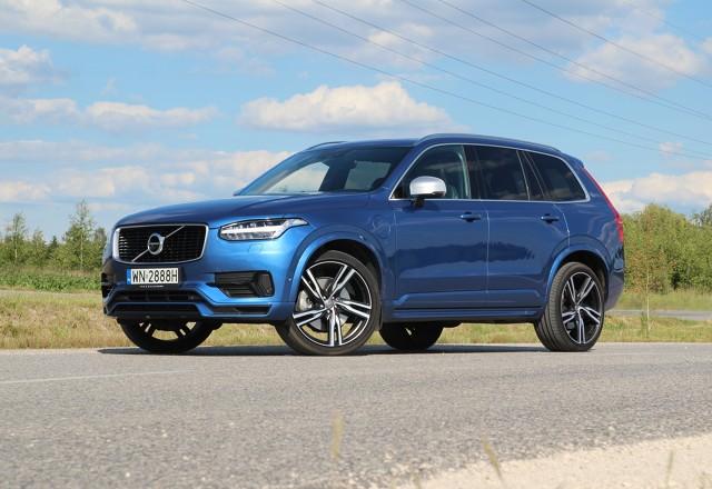 Volvo XC90 T8   Oznaczenie T8 zadebiutowało w świecie Volvo w 2015 roku wraz z XC90. W chwili debiutu było najmocniejszym seryjnie produkowanym modelem marki. Przednie koła są wprawiane w ruch przez silnik benzynowy. Z tyłu pracuje jednostka elektryczna. Łącznie motory generują 407 KM i 640 Nm i są w stanie rozpędzić 2354-kilogramowego SUV-a do setki w zaledwie 5,6 sekundy.  Fot. Motofakty.pl