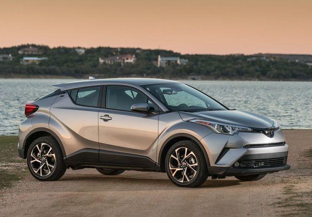 Toyota C-HR  Najlepiej sprzedający się samochód hybrydowy Toyoty – crossover Toyota C-HR – to jednocześnie najchętniej kupowana w tym roku hybryda w Polsce. Auto zyskało od stycznia do kwietnia 1706 nabywców – podaje raport IBMR Samar. Oznacza to, że model ten ma udział w rynku samochodów z napędem hybrydowym na poziomie 27,47 procent, a w ciągu ostatnich miesięcy sprzedano 2067 sztuk.  Ceny C-HR z napędem hybrydowym zaczynają się od 106 900 zł. Pod maską pracuje napęd mocy 122 KM z silnikiem benzynowym o pojemności 1,8 litra.  Fot. Toyota
