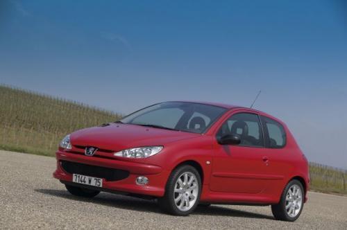 Fot. Peugeot: Peugeot 206 zadebiutował w 1998 r. i jest produkowany do dzisiaj. Na rynku aut używanych model ten występuje w dużych ilościach.