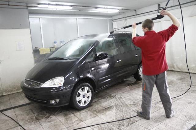 Mycie samochodu - nadwozie auta wymaga uwagi także latem - poradnik