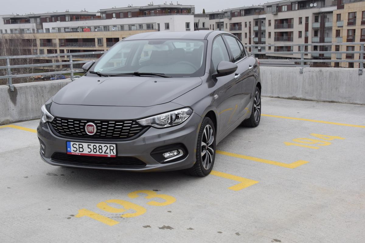 Nowy Fiat Tipo  Nowy Fiat Tipo jest kierowany do szerokiego grona odbiorców, ceniących kompaktowe samochody o atrakcyjnej linii nadwozia, przestronnym i łatwym w obsłudze wnętrzu, pojemnym bagażniku oraz ponadprzeciętnie dobrym stosunku ceny do jakości.  Fot. Kacper Rogacin