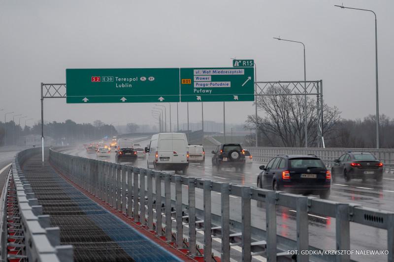 Jak pokazuje raport Generalnej Dyrekcji Dróg Krajowych i Autostrad (GDDKiA), nadal odnotowywane są poważne zmiany w ruchu w porównaniu do poprzedniego roku, a spowodowane pandemią. Ruch osobowy jest nadal mniejszy, natomiast znacznie wzrósł transport towarów. Dzisiaj publikujemy dane dotyczące średniego dobowego ruchu za okres od 28 grudnia 2020 r. do 3stycznia 2021 r. i porównujemy je z wcześniejszym tygodniem 2020 r. oraz z 2019 rokiem. Fot. GDDKiA