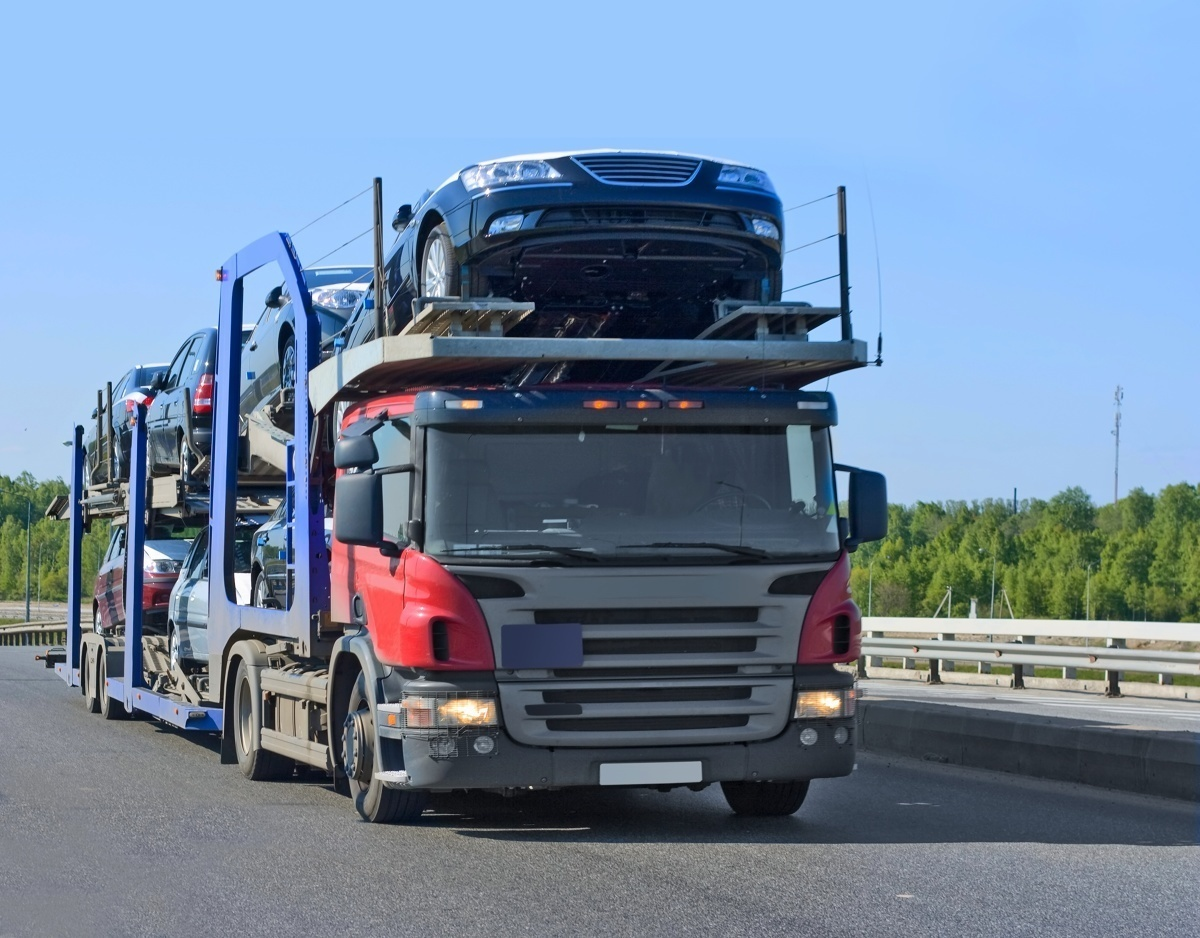 W lipcu bieżącego roku liczba sprowadzonych do Polski z zagranicy używanych samochodów osobowych i dostawczych była niższa zarówno w porównaniu do poprzedniego miesiąca, jak i do lipca poprzedniego roku. Średni wiek sprowadzonych aut przekroczył już 12 lat. Fot. 123RF