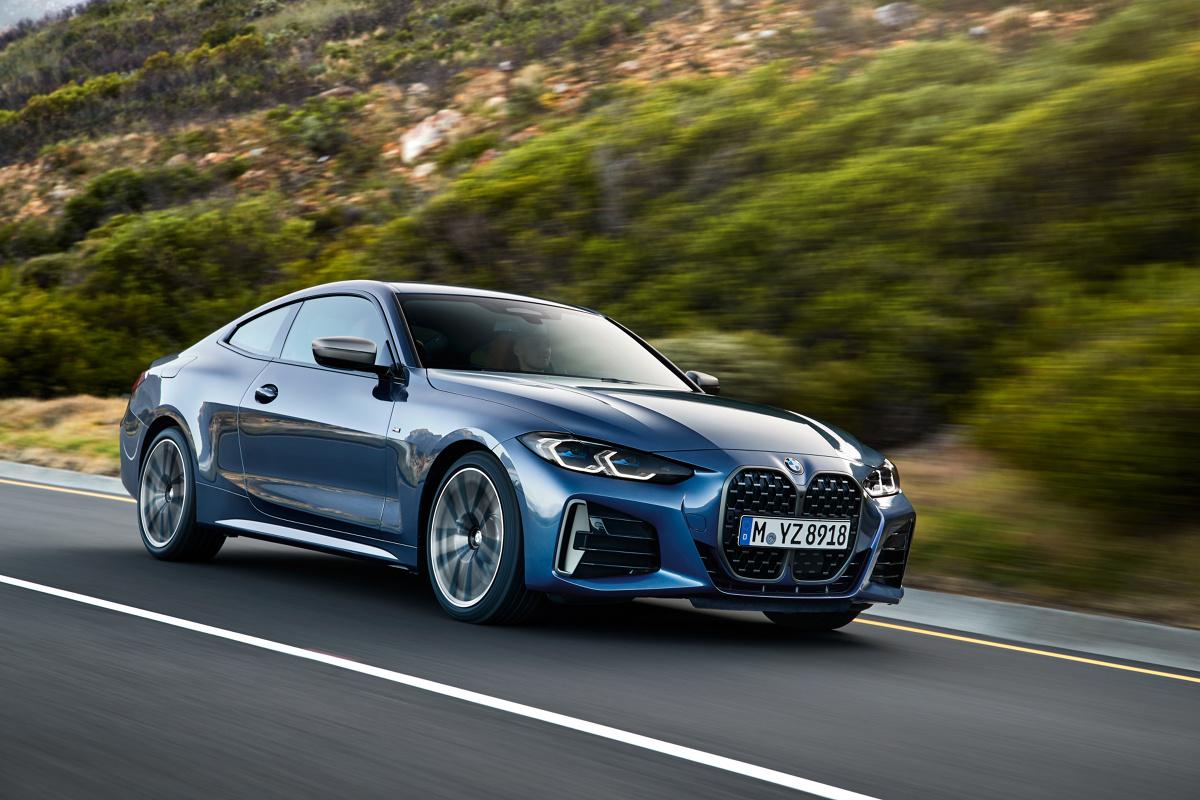 """BMW serii 4 Coupe  Najnowsza generacja dwudrzwiowego sportowego modelu klasy średniej premium zaprezentowana. Nowe BMW serii 4 Coupe wyróżnia się olbrzymimi """"nerkami"""" - charakterystycznym znakiem rozpoznawczym bawarskiej marki. Na początku sprzedaży oferowanych będzie pięć wariantów i po raz pierwszy również sportowe BMW M440i xDrive Coupé.   Fot. BMW"""