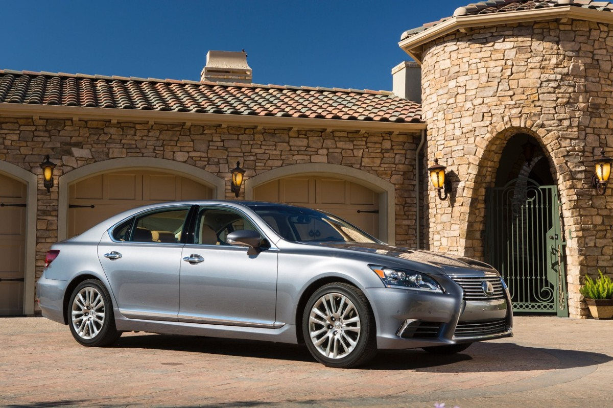 Lexus LS   Czwarta generacja auta wprowadzona została na rynek w roku 2006, cztery lata temu przeszła już drugi face-lifting. Choć Lexusy, a szczególnie najbardziej luksusowy i reprezentacyjny LS, starzeją się wolno, najwyższy czas na nową wersję tego modelu.  Fot. Lexus