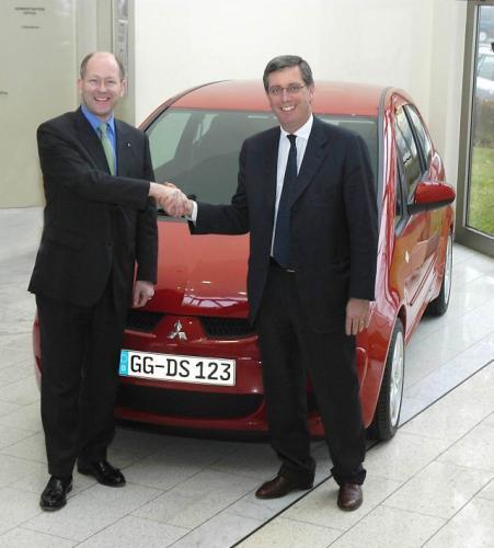 Fot. Mitsubishi: Umowę w sprawie przygotowania Colta Cabrio podpisali Tim Tozer - Prezes Mitsubishi Motors Europe (z lewej) i Andrea Pininfarina – Prezes Pininfariny (z prawej).