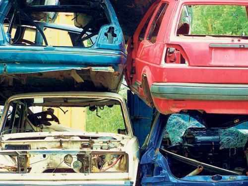Ponieważ po naszych drogach z roku na rok jeździ coraz więcej aut, rośnie ilość używanych części oferowanych na rynku. Ich dostarczycielami są stacje demontażu pojazdów, które jako jedyne pozwalają legalnie pozbyć się starego samochodu.  Fot. Marek Ponikowski