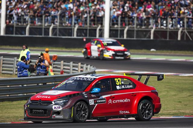 Tom Chilton, jadący Citroenem C-Elysee WTCC w barwach zespołu Sebastien Loeb Racing, wykorzystał swoją pozycję w pierwszej linii na starcie wyścigu otwierającego i wyszedł na prowadzenie. Po doskonałym rozpoczęciu wyścigu brytyjski kierowca wyprzedzał w walce o miejsca na podium Johna Filippiego, Roba Huffa i Yvana Mullera / Fot. Citroen