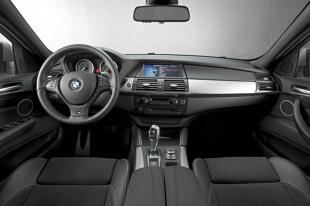 BMW X5 M50d  Pod maską tego modelu pracuje 3-litrowy rzędowy diesel z technologią M Performance TwinPower Turbo oraz układem potrójnego doładowania. Paliwo jest dostarczane przez system common rail z wtryskiwaczami piezoelektrycznymi pracującymi pod maksymalnym ciśnieniem 2200 barów. Jednostka rozwija moc 381 KM i maksymalny moment obrotowy 740 Nm w przedziale od 2000 do 3000 obr./min.  fot. BMW