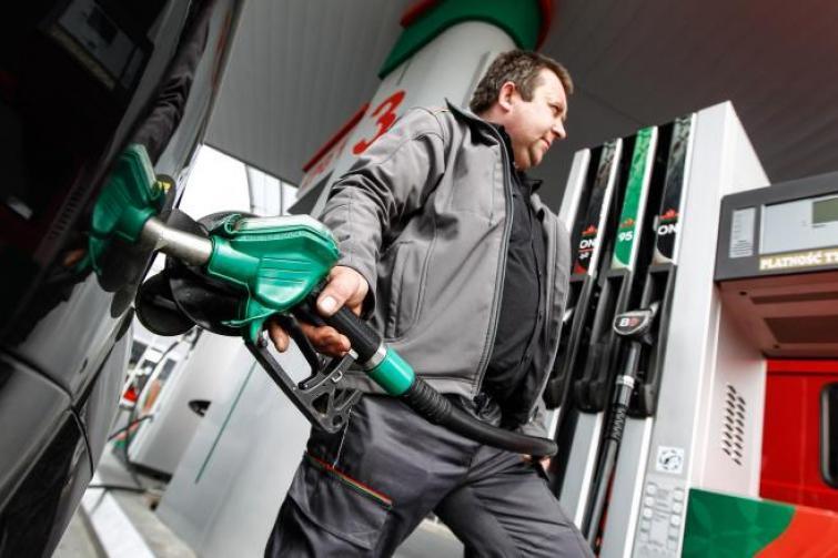 Na polskich stacjach takich cen nie było od trzech lat. Ale w porównaniu np. z USA za paliwo płacimy dużo