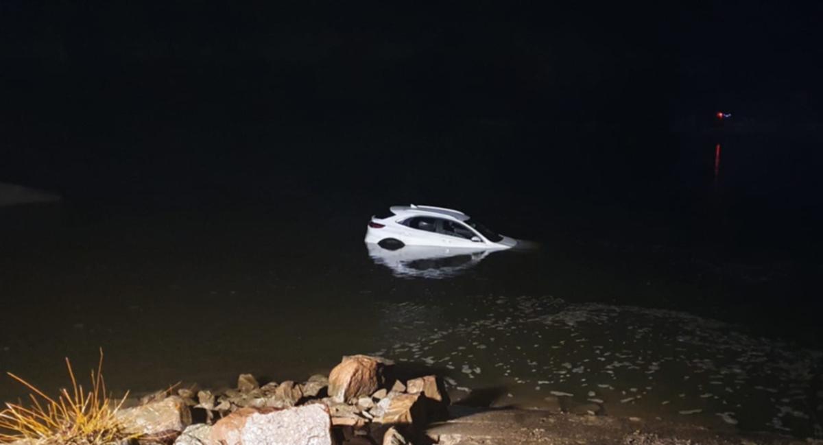 """Wydaje się to wręcz nieprawdopodobne, ale co jakiś czas docierają do nas wiadomości o tym, że kierowcy nadmiernie ufający podpowiedziom nawigacji czasami znacznie """"zbaczają z drogi"""". O dużym szczęściu może mówić 70- letni kierowca, który zbytnio """"zaufał nawigacji"""" i wjechał nowym samochodem z nabrzeżnego pirsu wprost do Wisły. Owszem przeprawa promowa jest w tym miejscu możliwa, lecz tylko do listopada. Fot. Policja"""