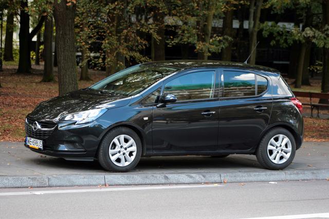 Opel Corsa   Historia tego modelu sięga 1982 r., obecnie jeździ po drogach już piąta generacja Corsy, zaprezentowana w 2014 r. W najnowszym wydaniu Corsa nie zyskała szczególnie rewolucyjnych zmian w nadwoziu.  Fot. Dariusz Dobosz