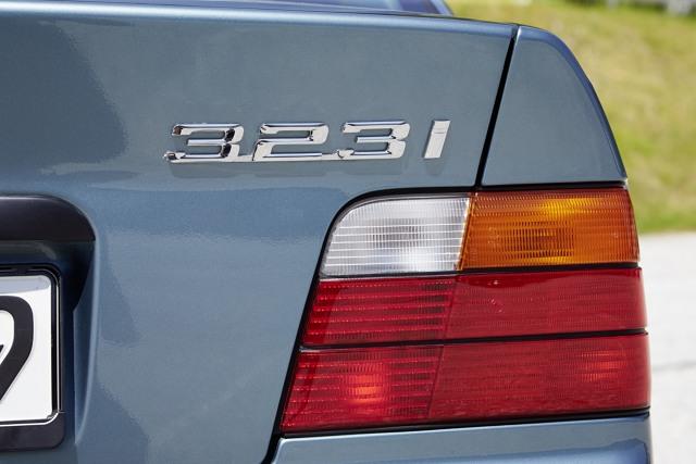 BMW E36  BMW E36 zostało zaprezentowane w 1990 roku jako następca kultowej już serii E30. Samochód początkowo występował jako sedan, ale już w 1992 roku do oferty dołączyło atrakcyjnie wyglądające coupe, W następnych latach prezentowano kolejne wersje nadwoziowe - cabrio, compact, touring oraz niezwykle rzadką odmiana Baur Topcabriolet.  Fot. BMW