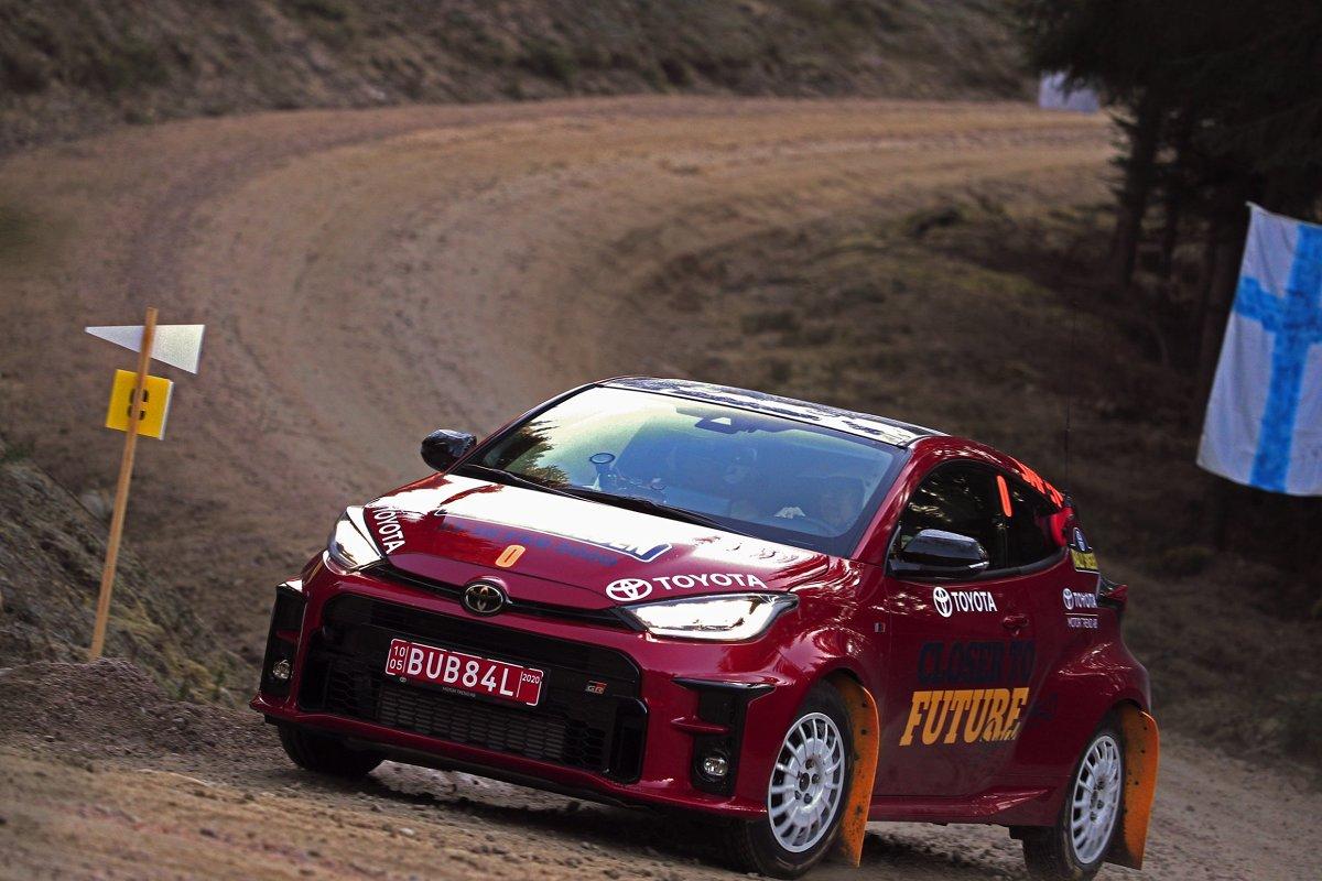 Toyota GR Yaris, nowy hot hatch japońskiej marki, sprawdza się w na trasach rajdowych mistrzostw świata. Samochód, który trafi do sprzedaży w drugiej połowie roku, przejedzie całą trasę Rajdu Szwecji, jednej z najbardziej wymagających prób w sezonie.  Fot. Toyota Gazoo Racing